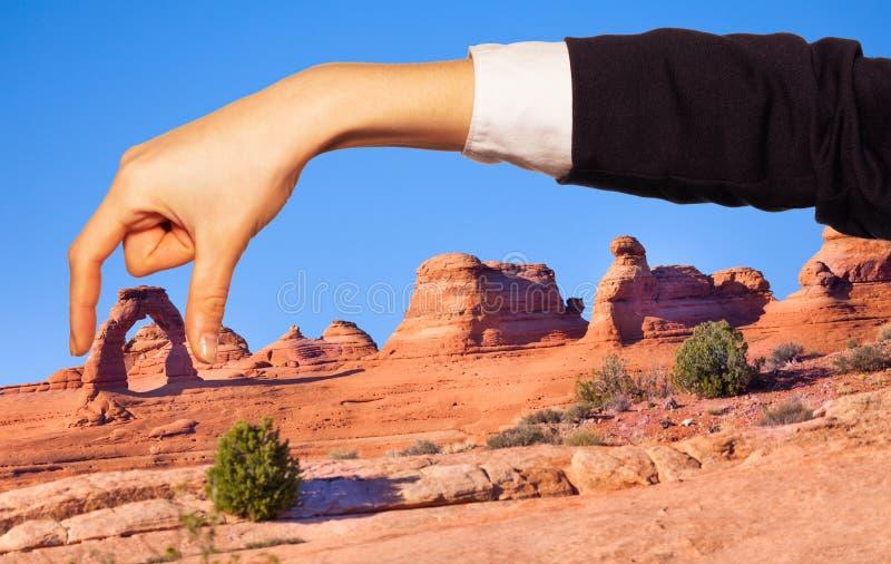 Arco natural de la tenencia de la mano de la mujer entre los fingeres fotografía de archivo libre de regalías