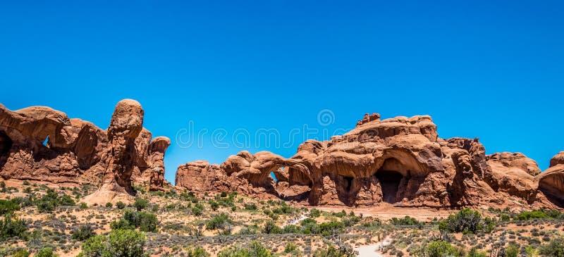 Arco natural de piedra Windows Panorama de los arcos parque nacional, Utah, los E foto de archivo