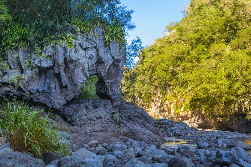 Arco natural en Bras de la Plaine en Reunion Island fotografía de archivo libre de regalías