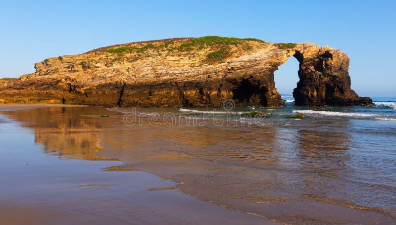 Arco natural en como playa de Catedrais imagen de archivo