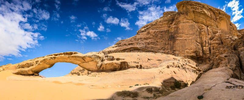 Arco natural en desierto con la roca Wadi Rum de la piedra arenisca y del granito en Jordania fotos de archivo