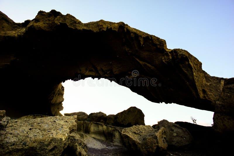 Arco natural en el desierto fotos de archivo