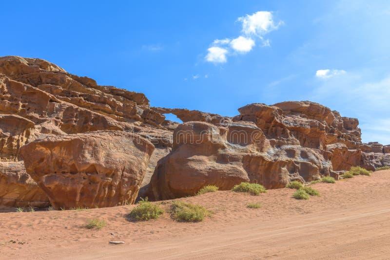 Arco natural en el desierto de Wadi Rum imágenes de archivo libres de regalías
