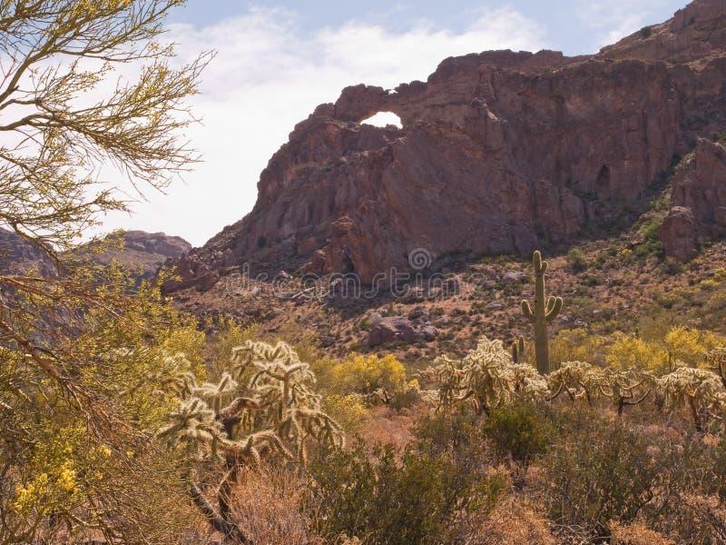 Arco natural en vista del desierto fotografía de archivo libre de regalías