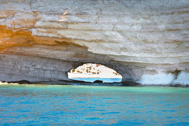 Arco natural ocultado del callejón en el i-Fniek Malta de Ras fotos de archivo libres de regalías