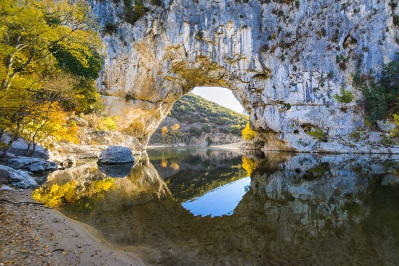 Arco natural sobre el río en el arco del ` de Pont d en Ardeche imagen de archivo