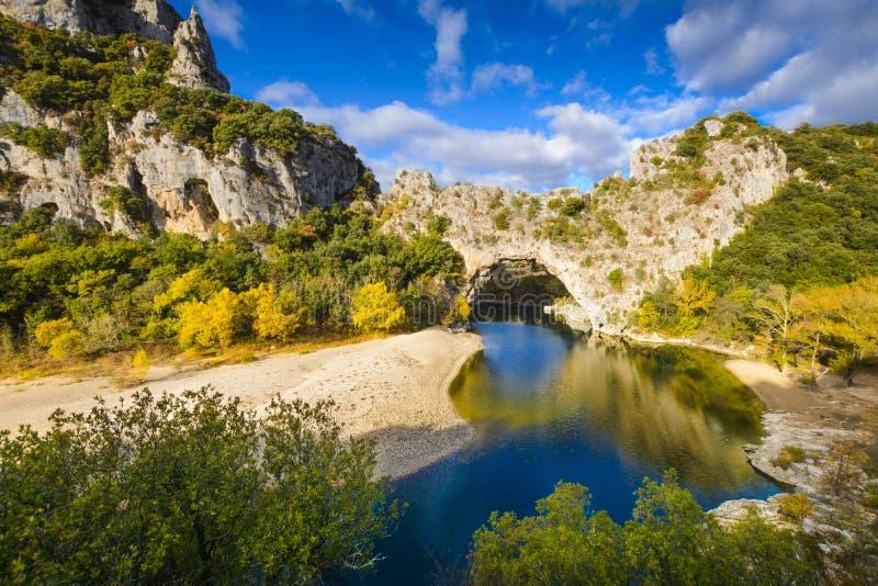 Arco natural sobre el río en el arco del ` de Pont d en Ardeche fotografía de archivo
