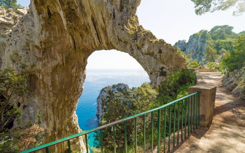 Arco Naturale é arco natural na costa da ilha de Capri, Itália fotografia de stock royalty free