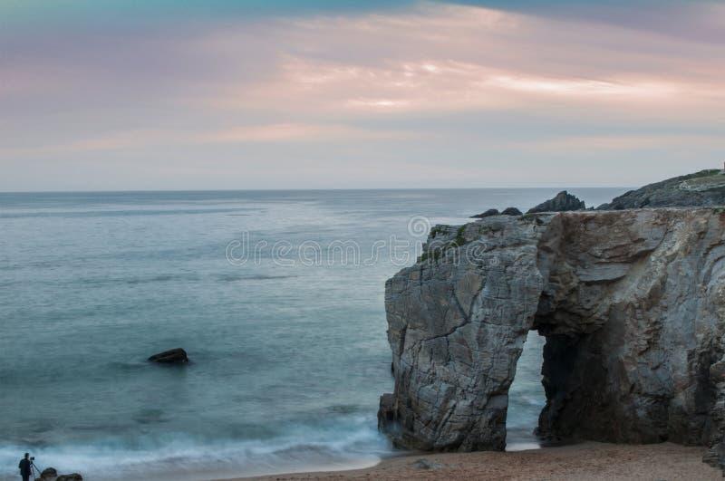 Arco no fundo do por do sol em Quiberon - Grâ Bretanha - França imagens de stock royalty free
