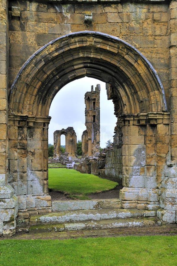 Arco normando en la ruina de la abadía de Bylands fotografía de archivo