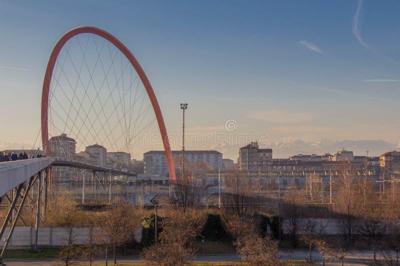 Arco olimpico di Torino Costruzioni e montagne bianche su fondo Distretto di Lingotto Turino L'Italia immagini stock