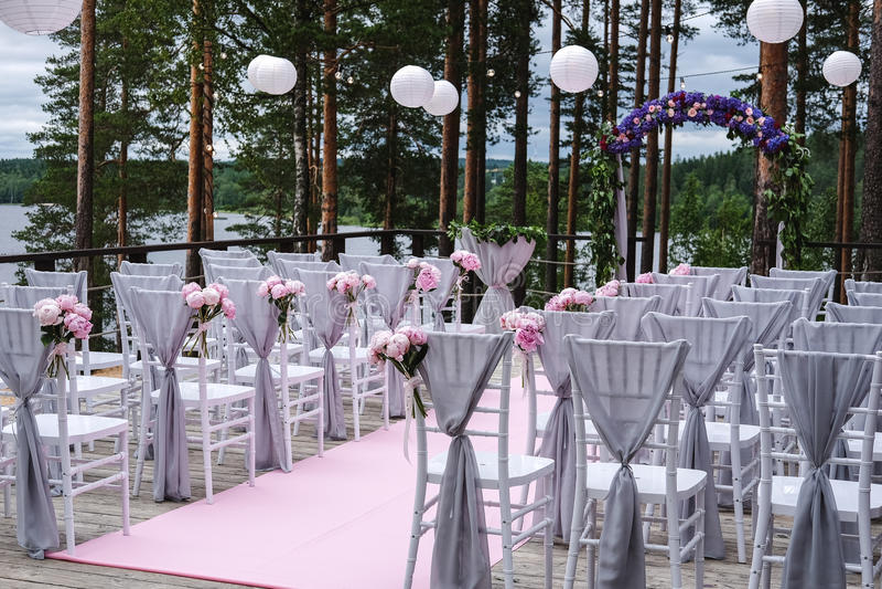 Arco para la ceremonia de boda, adornado con las flores del paño y fotos de archivo