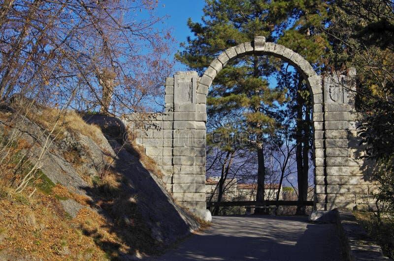 Arco pedregoso en la entrada del castillo de San Martín foto de archivo