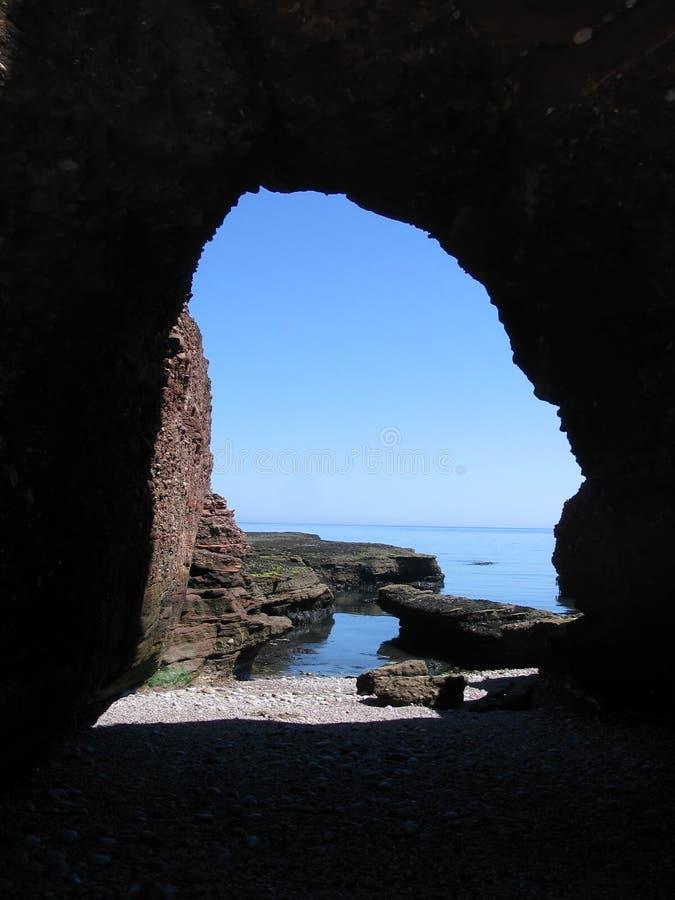 Arco perto de Arbroath, Scotland do mar foto de stock royalty free