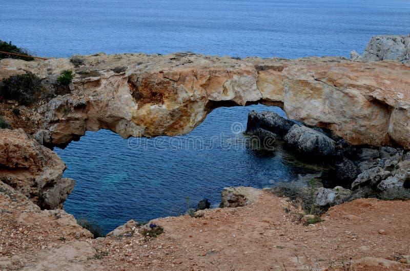 Arco/ponte de pedra naturais no mar Mediterrâneo fotografia de stock