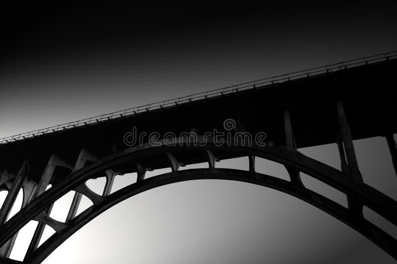 Arco preto e branco da ponte imagens de stock royalty free