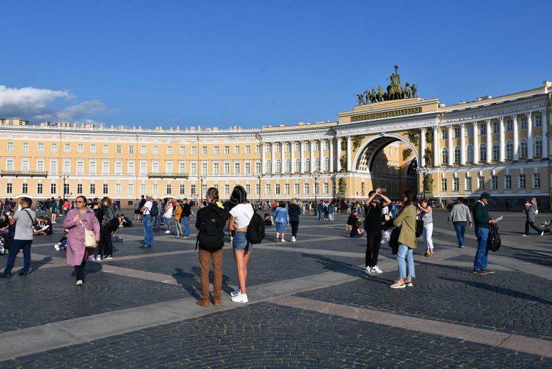 Arco principal, parte do museu de eremitério, e quadrado de Dvortsovaya em St Petersburg, Rússia fotografia de stock