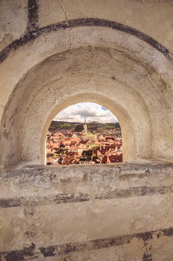 Arco que enmarca Cesky Krumlov imagenes de archivo
