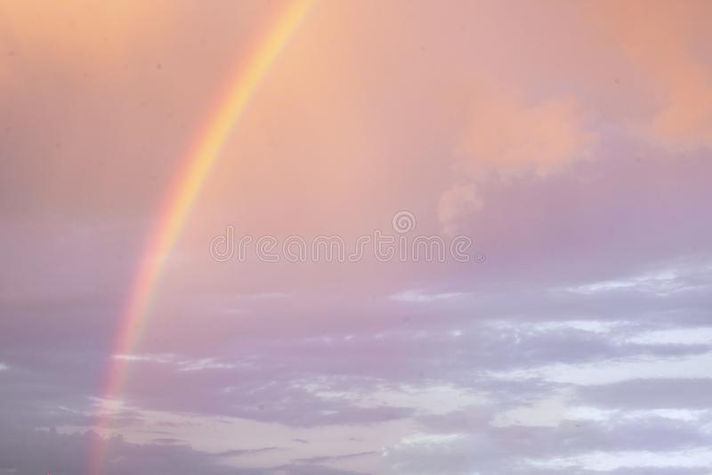 Arco-?ris bonito brilhante no fundo do por do sol sry nebuloso colorido do quando Esta??o, ver?o, fen?meno da natureza imagens de stock