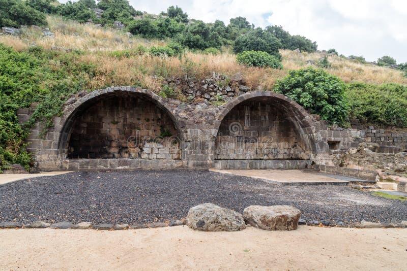 Arco ritual en ruinas del acuerdo judío antiguo Umm el Kanatir - mime a los arcos en Golan Heights imagenes de archivo