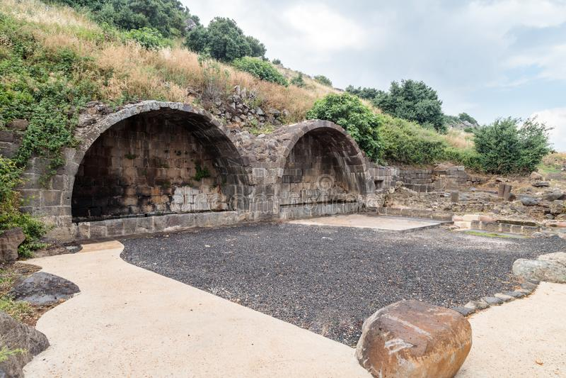 Arco ritual en ruinas del acuerdo judío antiguo Umm el Kanatir - mime a los arcos en Golan Heights fotografía de archivo libre de regalías