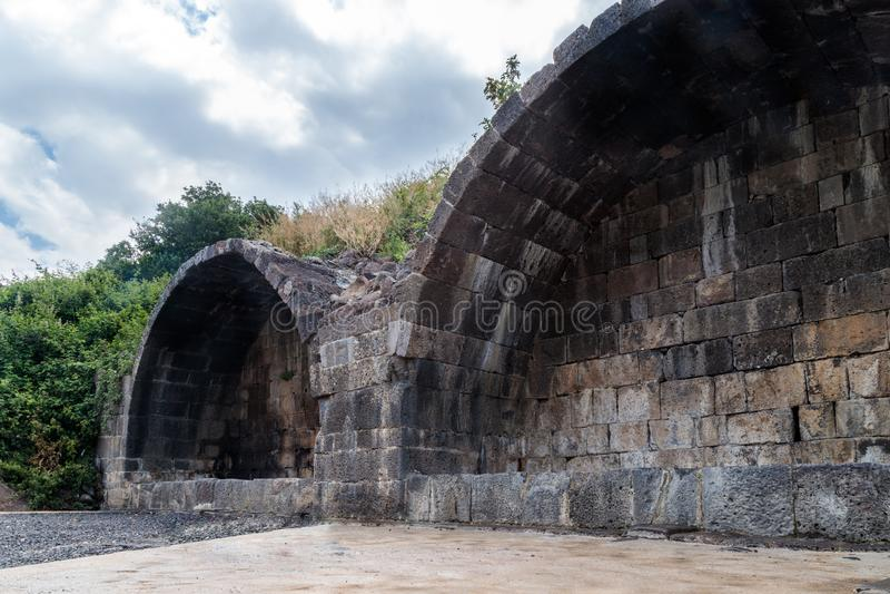 Arco ritual en ruinas del acuerdo judío antiguo Umm el Kanatir - mime a los arcos en Golan Heights imagen de archivo