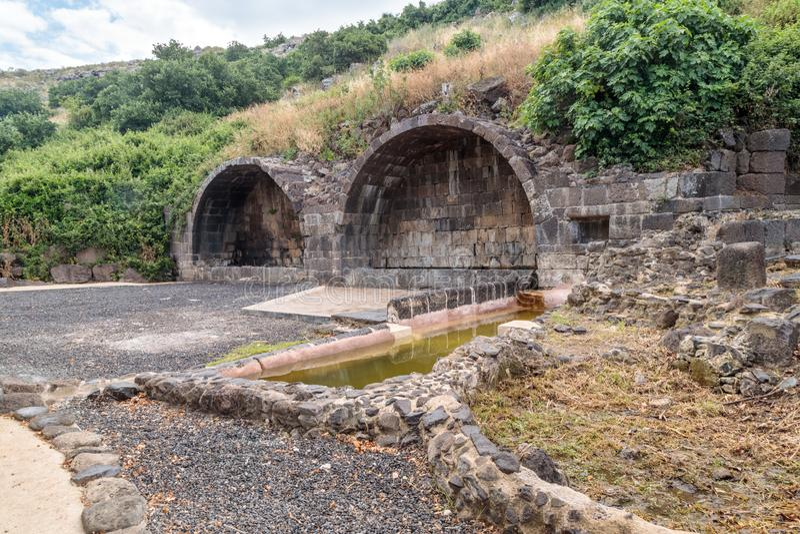 Arco ritual en ruinas del acuerdo judío antiguo Umm el Kanatir - mime a los arcos en Golan Heights foto de archivo