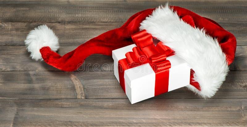 Arco rojo blanco de la cinta de la caja de regalo de la decoración de la Navidad fotografía de archivo