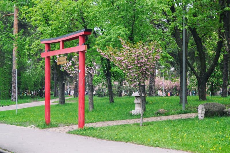 Arco rojo japon?s Hermoso y elegante Entrada al parque fotografía de archivo