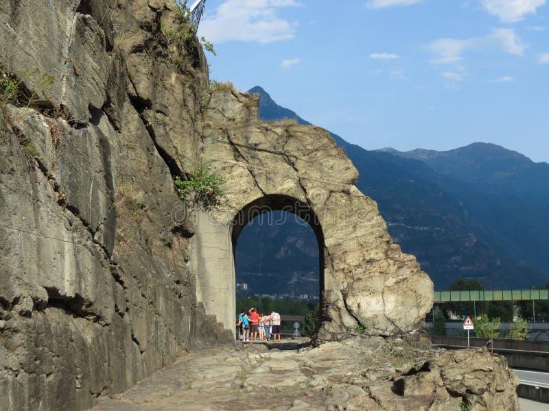 Arco romano antiguo del camino en Donnas imagen de archivo libre de regalías