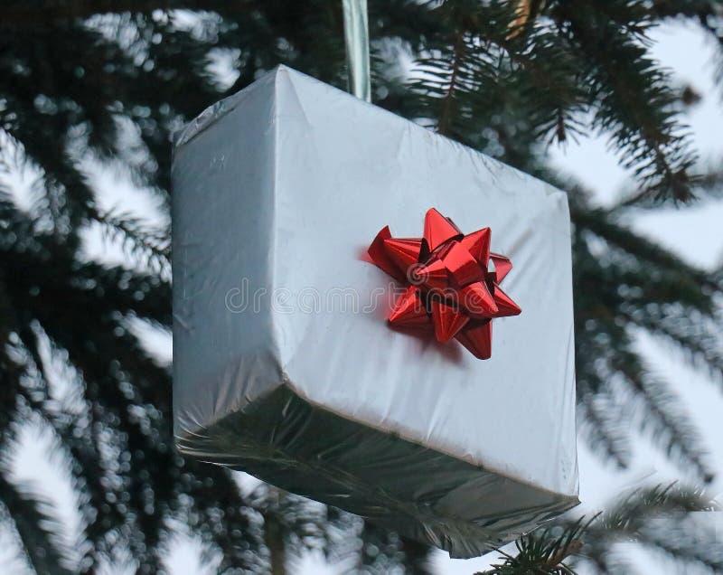 Arco rosso del regalo di Natale d'argento fotografie stock