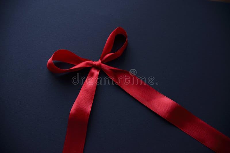 Arco rosso su fondo scuro fotografia stock