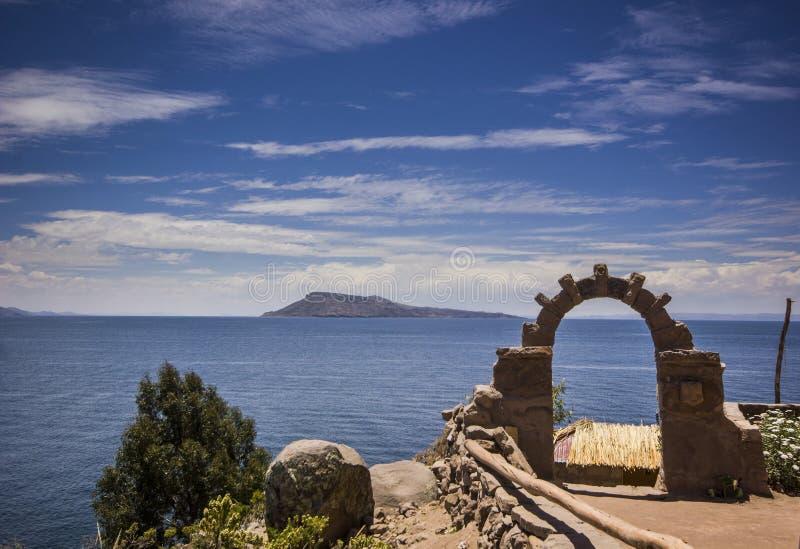Arco sopra il lago di titicaca nel Perù immagini stock libere da diritti