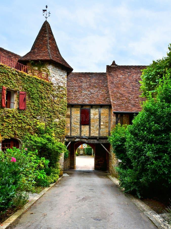 Arco sopra una via nel villaggio di Autoire, Francia fotografia stock libera da diritti