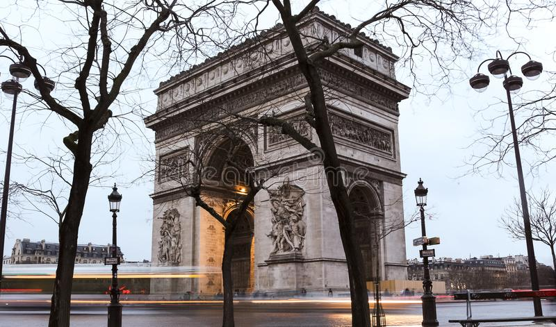 Arco triunfal de l Etoile Arco del Triunfo - coloque a Charles de Gaulle en París imagen de archivo libre de regalías