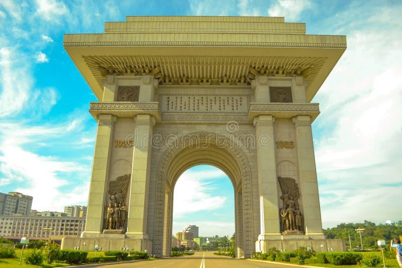 Arco triunfal en la ciudad de Pyongyang, Corea del Norte  imagen de archivo