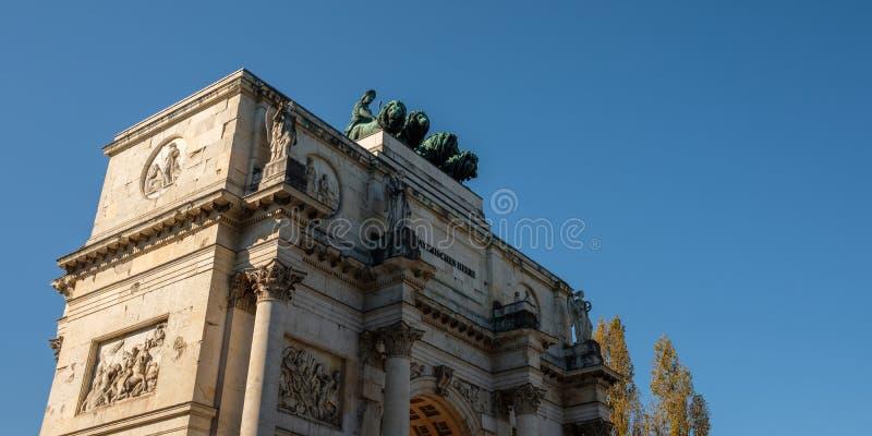 Arco triunfal Munich con las estatuas imágenes de archivo libres de regalías