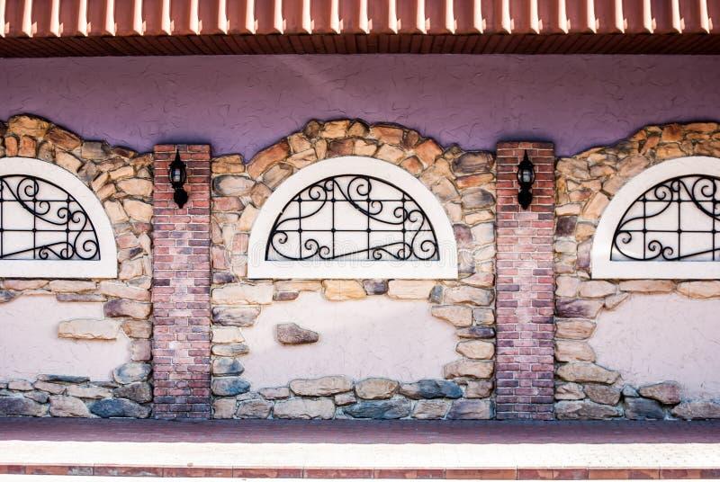 Arco in una parete di pietra del mattone fotografie stock
