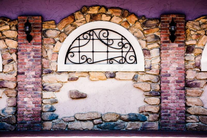 Arco in una parete di pietra del mattone fotografia stock libera da diritti