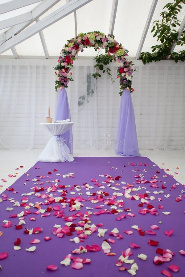 Arco vacío de la boda después de la ceremonia fotos de archivo