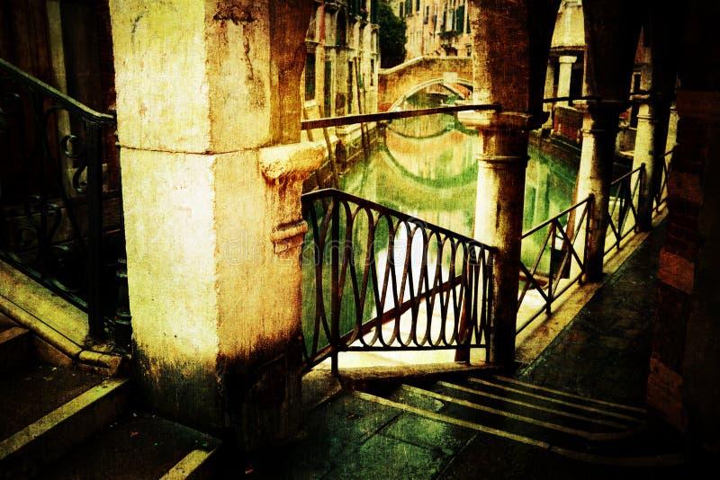 Arco a Venezia con struttura di lerciume immagini stock