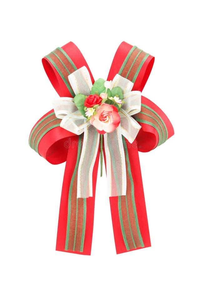 Arco verde y rojo con las flores color de rosa artificiales en el backgrou blanco foto de archivo libre de regalías