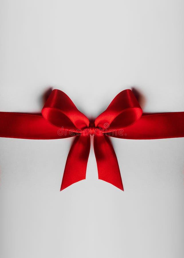 Arco vermelho em branco fotografia de stock royalty free