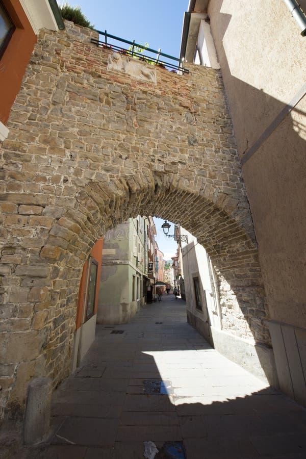 Arco viejo en Muggia imagen de archivo