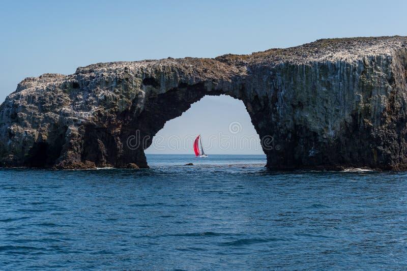 Arco visto attraverso barca a vela oscillare sull'isola di Anacapa fotografia stock libera da diritti