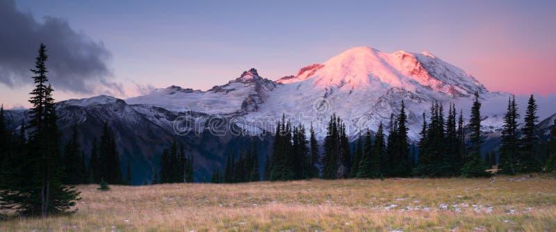 Arco volcánico de la cascada del parque de Smokey Sunrise Mt Rainier National imagen de archivo libre de regalías