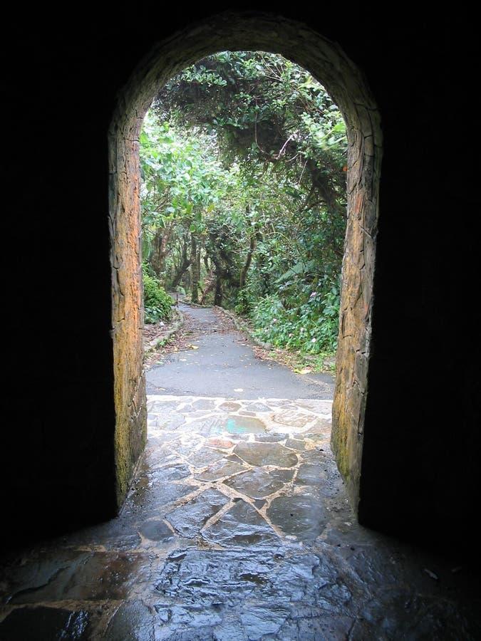 Arco y camino imagenes de archivo