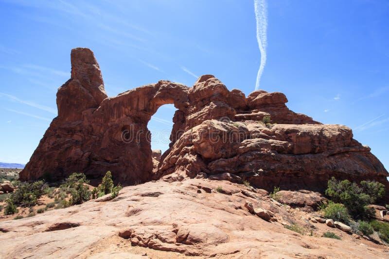 Arco y estela de vapor, arcos parque nacional, Utah, los E.E.U.U. de la torrecilla foto de archivo