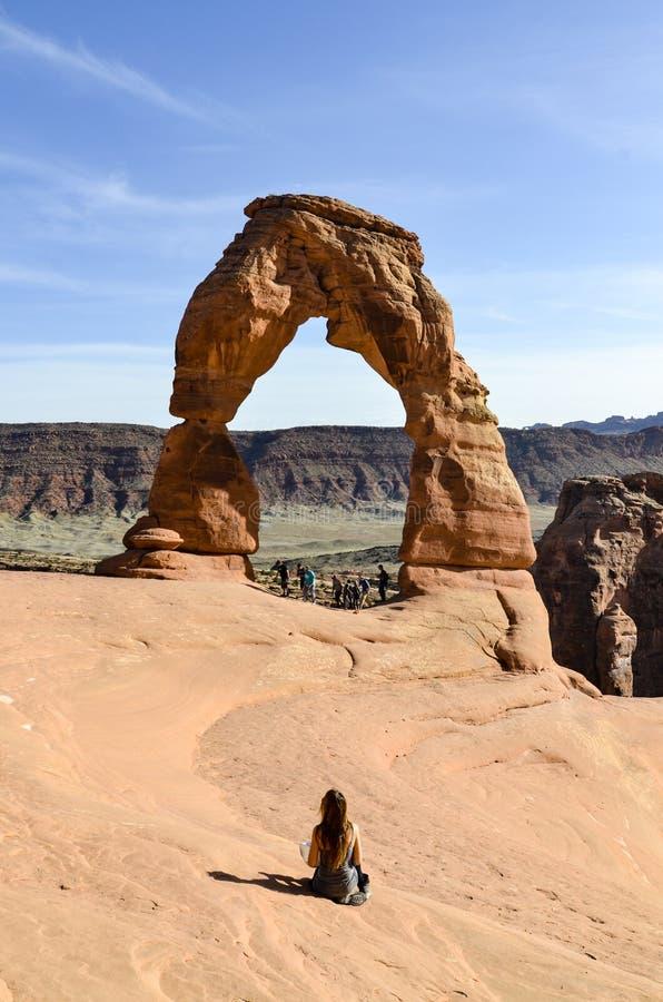 Arco y mujer delicados, arcos NP, Moab imagen de archivo