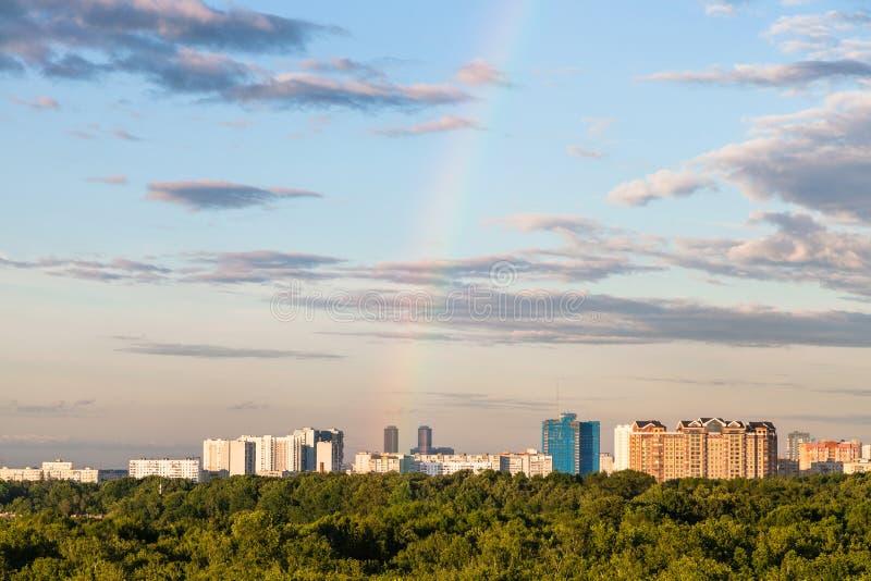 Arcobaleno in cielo di sera sopra le case residenziali fotografia stock